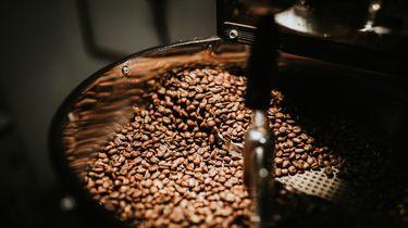 Koffiebonen in machine