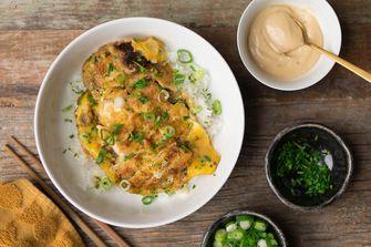 Aziatische rijstbowl met omelet en kip