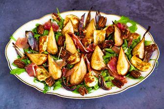 salade met stoofpeer, pecan en halloumi