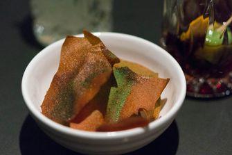 kroepoek van tomaat met basilicum