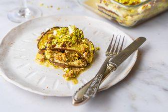 aubergine lasagne met gehakt, feta en pistache