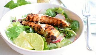 Foto van een salade met gegrilde kip en limoendressing voor zomerse salades