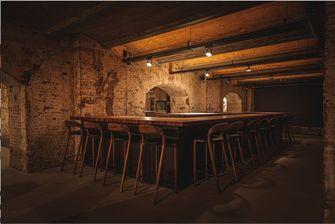 stoelen aan de bar bij tres in rotterdam