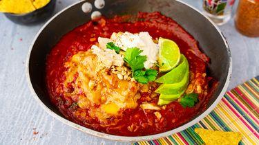 Stapel van makkelijke enchiladas met kip
