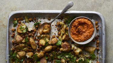 LIggend beeld Ovenschotel van prei en aardappel met romescosaus