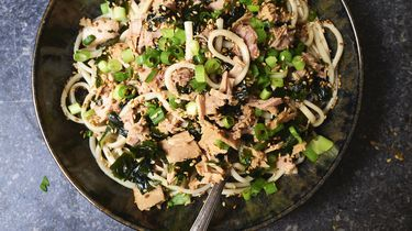 Japanse noedelsalade met tonijn