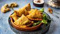 Indiase samosa met groene erwten en aardappel