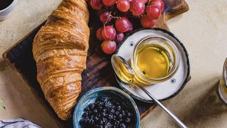 ontbijt met croissant, sap en koffie