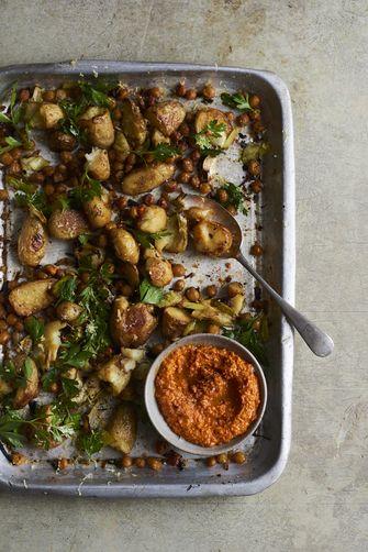 Ovenschotel van prei en aardappel met romescosaus