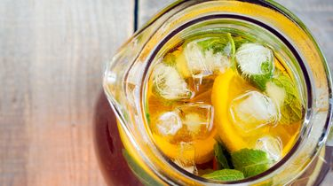 Ice tea with mint and lemon in a jar