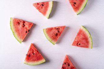 Afbeelding van watermeloen met schil eten