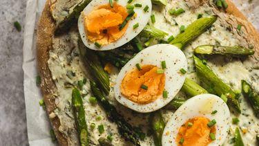 gekookte eieren als voorbeeld van eieren inprikken