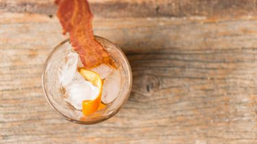 old fashioned cocktail met bacon