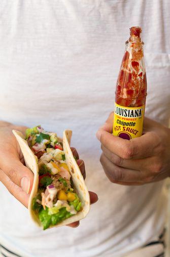 Taco's met zalm en avocado-mangosalsa