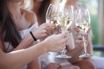 Vriendinnen drinken witte wijn