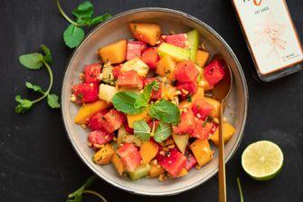 Hartige Aziatische meloensalade zomerse salades