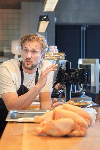 Joris Bijdendijk maakt kip bij Bar Bureau Bistro