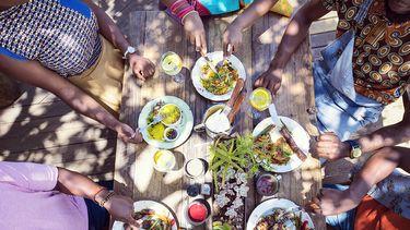 tafel vol met eten in zuid afrika