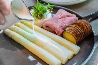 Witte asperges met saus van het kookvocht