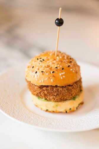 mini kipburger bij Waldorf Astoria
