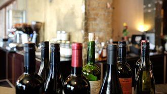 Wijnflessen met kurk en schroefdop