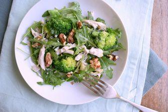 Salade met broccoli, kip en gorgonzola