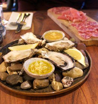 Antipasti en oesters bij Vincenzo's Osteria