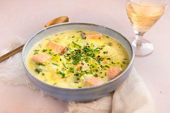 romige lentesoep met zalm, aardappel en bieslook