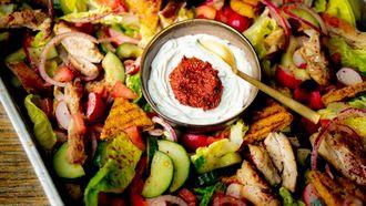 Libanese maaltijdsalade voor lunch op kantoor