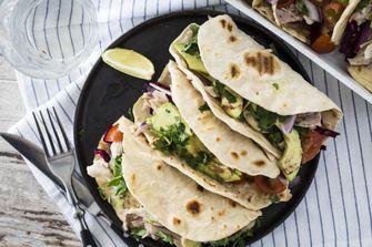 Homemade taco's met kip, avocado en rode kool