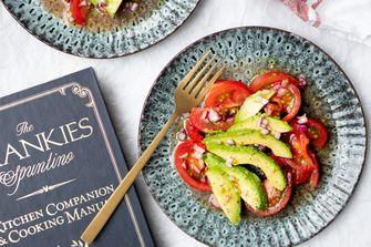 Simpele tomatensalade met avocado