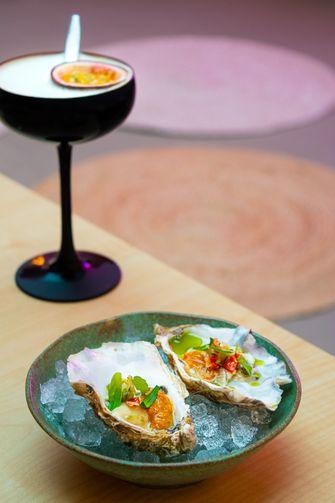 cocktail en oesters bij Ta Toru