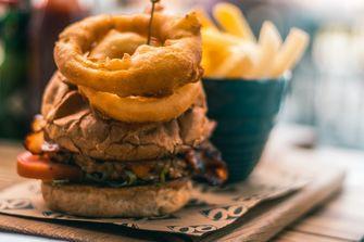 Hamburger met onion rings
