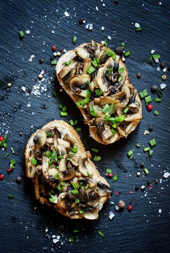 gerechten met paddenstoelen toast