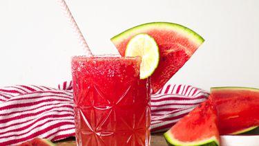Zomers drankje met watermeloen, rozenwater en limoen
