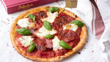 Spicy pizza met chilipeper en honing