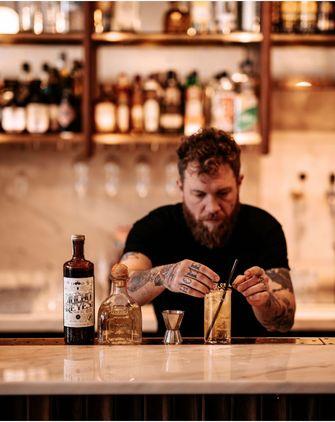 man maakt cocktail