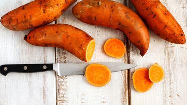 Zoete aardappels en een mes