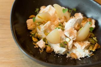 Meringue, peer, mascarpone en gekarameliseerde pistachenoten