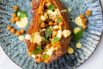 Gepofte zoete aardappel met kikkererwten