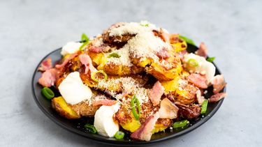 loaded geplette aardappeltjes met spek, parmezaan en bosui