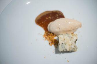 Blauwe kaas met ijs van oud brood