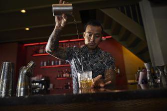 bartender bij een cocktailbar
