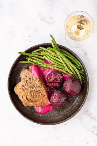 steak met bietjes, roze tahini en haricots verts