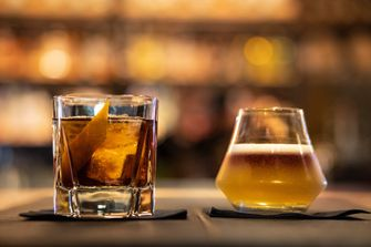 Old Fashioned en New York Sour cocktails bij Black Smoke
