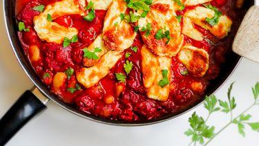 rokerige ovenschotel met halloumi en tomaat