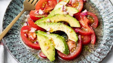 Simpele salade van tomaat en avocado