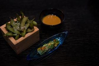 Pickles van komkommer en edamame bij Taiko