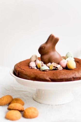 Makkelijke paastaart met chocolade en bitterkoekjes