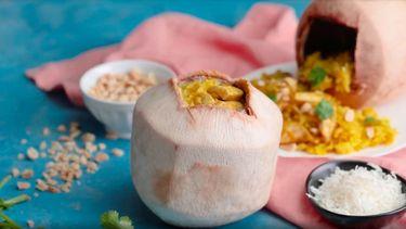 Kipcurry in een kokosnoot